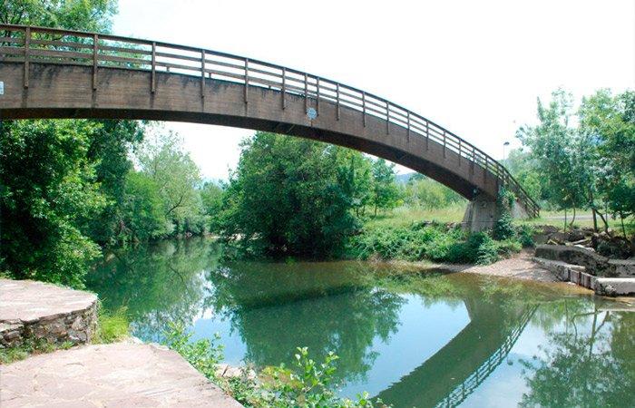 Puente de madera sobre el Río Pas